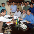 Muttehda Qaumi Movement members of Provincial Assembly submitted the required papers to the secretary of the provincial assembly as the MQM nominated Syed Sardar Ahmad — Stock Photo