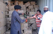 Customs officials show seized illegal imported liquors bottles that were recovered by Pakistan Maritime Security Agency during anti smuggling operation — Stock Photo