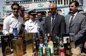 Customs officials show seized illegal imported liquors bottles that were recovered by Pakistan Maritime Security Agency — Stock Photo