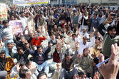 Members of All Pakistan Clerk Association (APCA) chant slogans for implement of Provincial Charter of Demand — Stock Photo