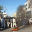 Traders burn tyres as they are protesting against killing of shopkeeper by extortion mafia — Stock Photo #21632233