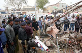 Security officials inspect the site after the bomb explosion at Landhi area in Karachi — Stock Photo
