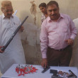 CID Civil Line Police official, SP Mazhar Iqbal Mashwani showing seized weapons that recovered from dacoits — Stock Photo