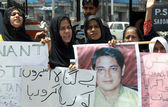 Supporters women of All Pakistan Shia Action Committee chant slogans against missing of Shiite Muslim youths during protest demonstration — Stock Photo