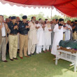 Sindh Police Inspector General (IG), Shahid Nadeem Baloch and other senior police officials offer Dua for Shaheed Inspector Agha Asadullah, — Stock Photo