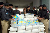 Capital City Police official showing seized 120 kilograms Charas recovered from a person who tries to smuggle it — Stock Photo
