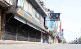 A road gives desert looks while shops seen closed during strike called by Muttahida Qaumi Movement (MQM) against a bomb attack on party camp office at North Nazimabad area — Stock Photo