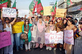Activists of Tehreek-e-Insaf (PTI) chant slogans against killing of Zehra Shahid Hussain and alleged rigging in general election — Stock Photo