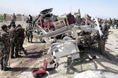 Security officials inspect the site after bomb explosion targeting bus carrying security officials, at Bhosa Mandi area on Eastern Bypass in Quetta — Stock Photo