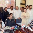 DIG Operations, Syed Mobin briefs to medipersons after recovery of Ahmed Jwho was being kidnapped by Muhammad Ramzan, extortionist and political leader of Pashtoonabad PB-05 Constituency — Stock Photo #26472047