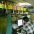 Pakistani stockbroker busy in trading during a trading session at the Karachi Stock Exchange (KSE) — Foto de Stock