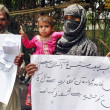 Residents of Rampurchant slogans against their arepolice officials during protest demonstration at Lahore press club — Stock Photo #26573509