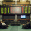 Pakistani stockbroker busy in trading during a trading session at the Karachi Stock Exchange (KSE) in Karachi — Foto de Stock