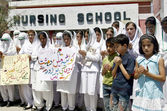 Paramedical Staffs of Khyber Teaching Hospital are protesting against the killing of innocent in two bomb blasts at Sardar Bahadur Khan Women University in Quetta — Zdjęcie stockowe