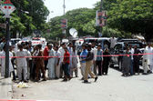 Gather at the site of a bomb blast targeting the convoy of Sindh High Court Justice Baqar Maqbool, at Burns Road in Karachi — Stock Photo