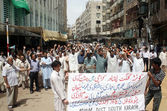 Activists of Majlis-e-Wahadat-ul-Muslimeen are protesting against suicidal bomb blast at Madrassa Arif Hussaini and demanding to arrest alleged personnel in bomb blast — Stock Photo