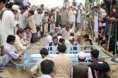 Shiite mourners Bury dead bodies of suicide bomb blast victims of Aliabad area of Hazara town after their funeral prayer at graveyard in Quetta — Stock Photo