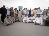 Members of Hub City Alliance are protesting against target killing and kidnapping of Baloch, during a demonstration at RCD Highway between Karachi and Hub — Stock Photo