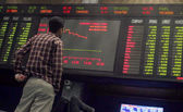 A Pakistani trader monitors trade prices at Karachi Stock Exchange (KSE), in Karachi, on Tuesday, July 02, 2013 — Stock Photo