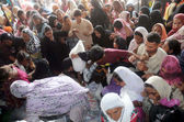 Women trying to get ration during distribution of free ration in Gulshan-e-Iqbal Area, in Karachi — Stock Photo