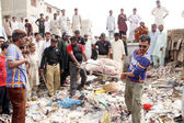 Rescue Volunteers shifting a tortured sack pack body to morgue that found near Old Sazbi Mandi from a garbage dump, in Karachi — Stock Photo