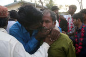 Pakistan fishermen who released from Indian Karachi and embrace their beloved, at Fish Harbour in Karachi — Stock Photo