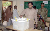 Voters cast their votes at a polling station during by-election for PS-95 at Orangi area in Karachi — Stock Photo