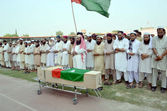 Activists of Ahle Sunnat Wal Jamat offering funeral prayer of their leader and spokesman, Akbar Saeed Farooqi who gunned down by unidentified gunmen in Gulshan-e-Iqbal — Stock Photo