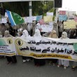 Women supporters of Jamat-e-Islami (JI) are demonstrating in favor of Brotherhood and chanting slogans against Egyptian Army Crackdown over public — Stock Photo