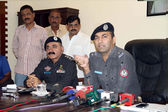 Special Investigation Police officer, Asad briefs to media persons related to arrest of culprits of extortion mafia who are alleged in hand grenade attacks on jewelers houses — Stock Photo