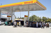 A large number of motorists gather at fuel station to fill petrol as residents of city are facing shortage of petrol after increasing prices of petroleum products — Stock Photo
