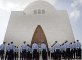 Pakistan Air Force cadets presenting guard of honour during the graceful change of guard ceremony held at mausoleums of the Quaid-e-Azam while observing Defence Day — Stock Photo
