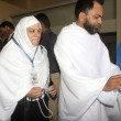 Pakistani pilgrims stand in a queue at Jinnah International Airport Hajj Terminal to board first flight to leave for Jeddah, as they departure for the Annual Hajj pilgrimage in Saudi Arabia — Foto de Stock