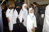 Pakistaanse pelgrims staan in een wachtrij bij jinnah internationale luchthaven hajj terminal aan de eerste vlucht van de Raad van bestuur om te vertrekken naar jeddah, als zij vertrek voor de jaarlijkse hajj-bedevaart in Saoedi-Arabië — Stockfoto
