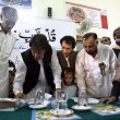 Chairman Pakistan Tehreek-e-Insaf Imran Khan signing a memorandum regarding educational reforms in government institutes, during a ceremony — 图库照片