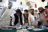 Chairman Pakistan Tehreek-e-Insaf Imran Khan signing a memorandum regarding educational reforms in government institutes, during a ceremony — Stok fotoğraf