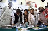 Vorsitzender pakistan tehreek-e-insaf imran khan unterzeichnen eine absichtserklärung über bildungsreformen in regierung instituten, während einer zeremonie — Stockfoto