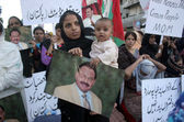 Activists and supporters of Muttahida Qaumi Movement are protesting against arresting of their party workers and leaders in target search operation by security forces — Stock Photo