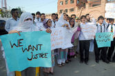 Activists of Insaf Students Federation at chanting slogans against rape of a five year old girl Sumbul in Lahore — Stock Photo