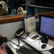 Pakistani traders monitor shares prices at the Karachi Stock Exchange (KSE), in Karachi, on Tuesday, — Stockfoto
