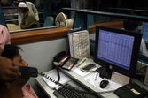 Pakistani traders monitor shares prices at the Karachi Stock Exchange (KSE), in Karachi, on Tuesday, — Stock Photo