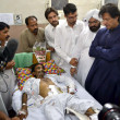 Tehreek-e-Insaf Chairman, Imran Khan inquiring about the health of Kohati Gate Church bomb blast victims at Lady Reading Hospital — 图库照片