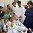 Tehreek-e-Insaf Chairman, Imran Khan inquiring about the health of Kohati Gate Church bomb blast victims at Lady Reading Hospital — Stock Photo