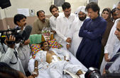 Tehreek-e-Insaf Chairman, Imran Khan inquiring about the health of Kohati Gate Church bomb blast victims at Lady Reading Hospital — Stok fotoğraf