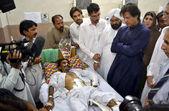 Tehreek-e-insaf vorsitzender, imran khan, die die gesundheit der kohati tor kirche bombe explosion opfer dame lesen krankenhaus erkundigen — Stockfoto