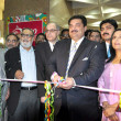 Federal Minister of State for Commerce and Privatization, Engineer Khurram Dastagir Khan cuts ribbon to inaugurate 8th Annual Expo Pakistan 2013 Exhibition during inauguration ceremony — Stock Photo