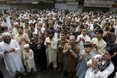 Traders of Qissa Khawani bazaar offer Dua for the soul of the victims who died in bomb blast at Khan Raziq Police Station in Qissa Khawani bazaar area — Stock Photo