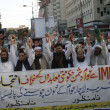 Activists and supporters of Jamiat-e-Ulema-e-Pakistan are chanting slogans against increasing of power tariff during a protest demonstration — Stock Photo