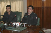 Superintended of Police, City area, Faisal Bashir briefs to media persons about arrested target killers and extortionist who detained during raids in several areas — Stock Photo
