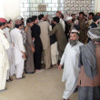 Large numbers of patients are in queue to get medical checkup coupon at administrative window of Civil Hospital OPD as the physicians are on strike  against kidnapping of Dr. Munaf Tareen — Foto Stock